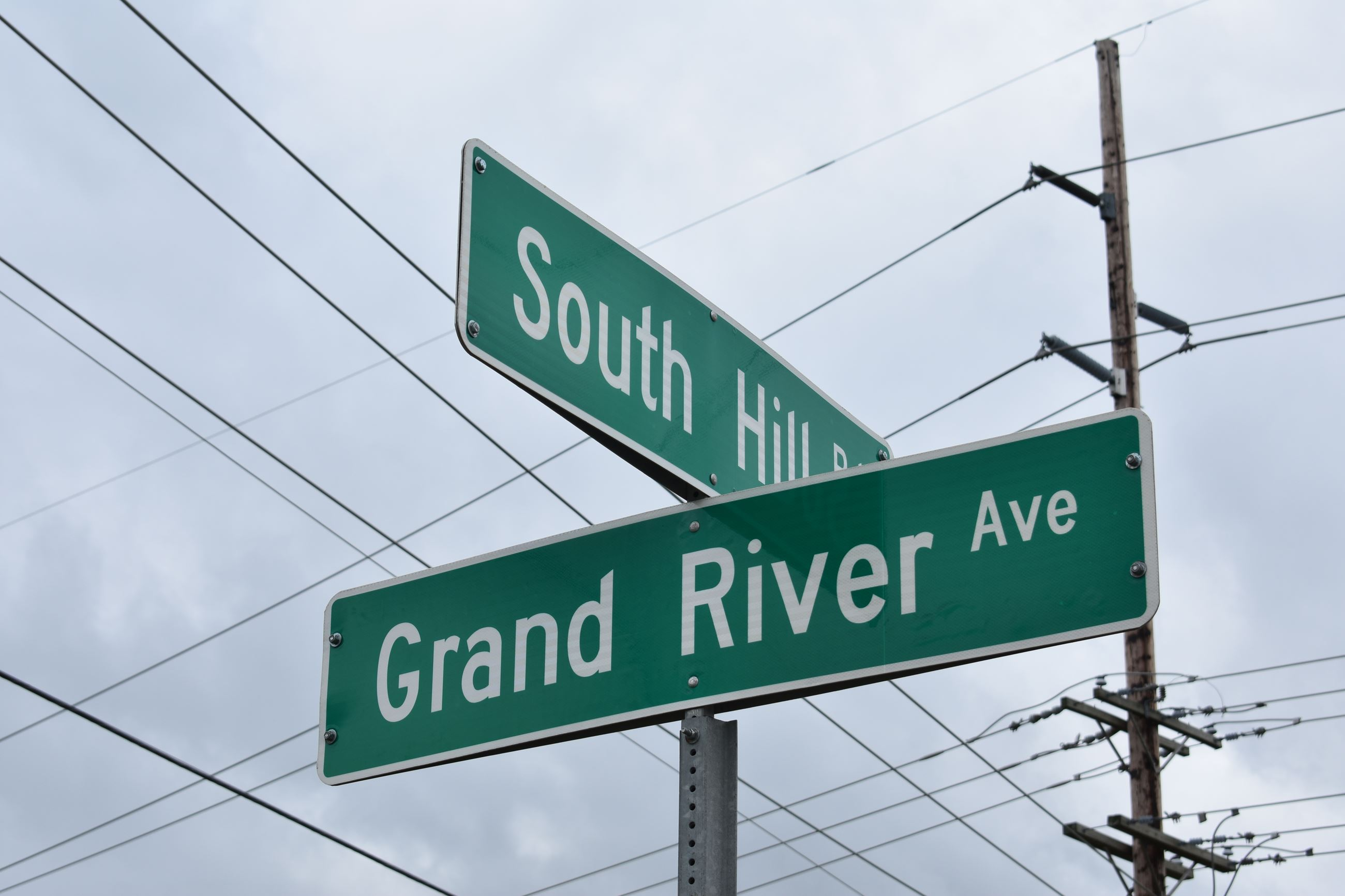 Grand River and South Hill sign